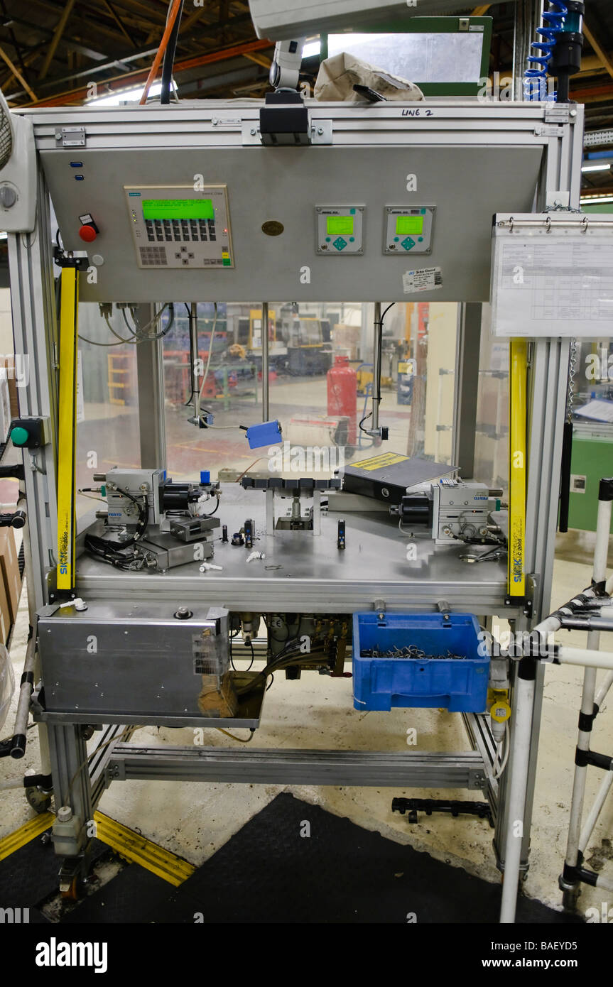 Le parti di ricambio delle automobili la stazione di montaggio su una linea di produzione Immagini Stock