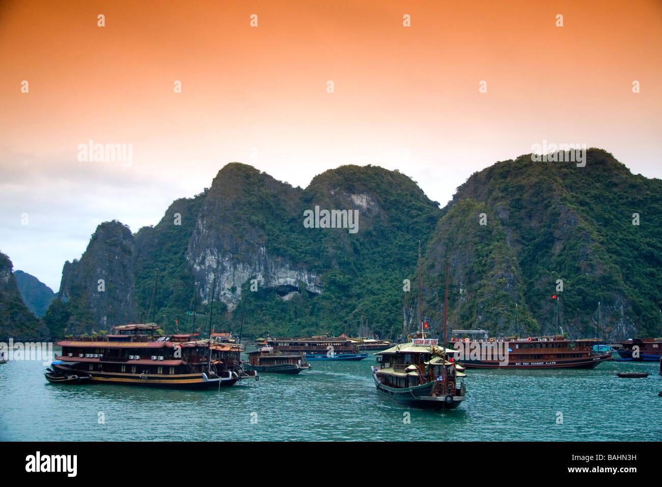 Vedute panoramiche di pietre calcaree carsiche e le imbarcazioni turistiche nella Baia di Ha Long Vietnam Immagini Stock