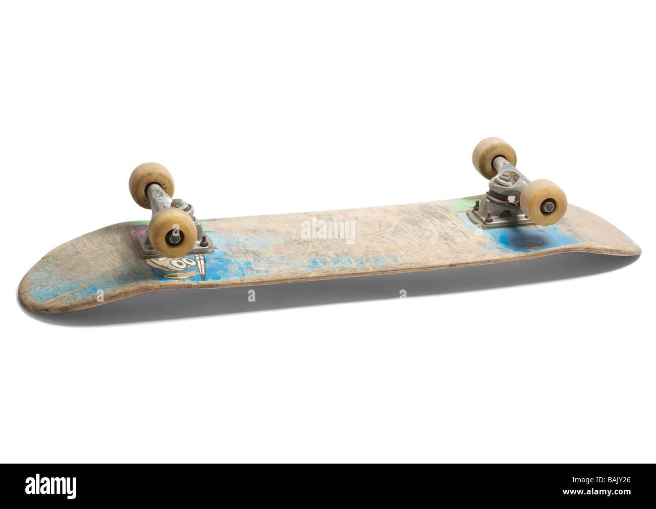 Il vecchio skateboard su sfondo bianco Immagini Stock