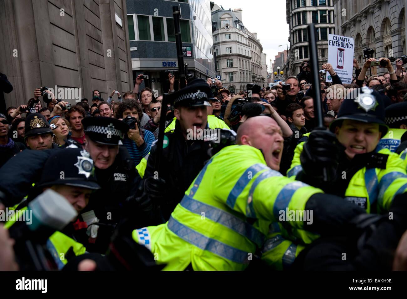 Anti-capitalista manifestanti radunati presso la banca di Inghilterra alla vigilia del vertice del G20, che è Immagini Stock