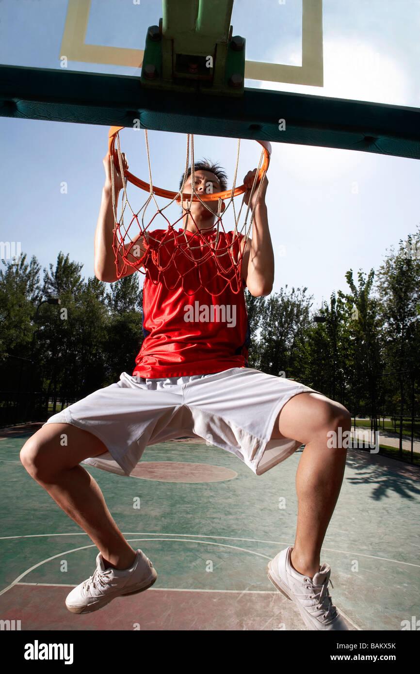 Giovane uomo giocare a basket Immagini Stock