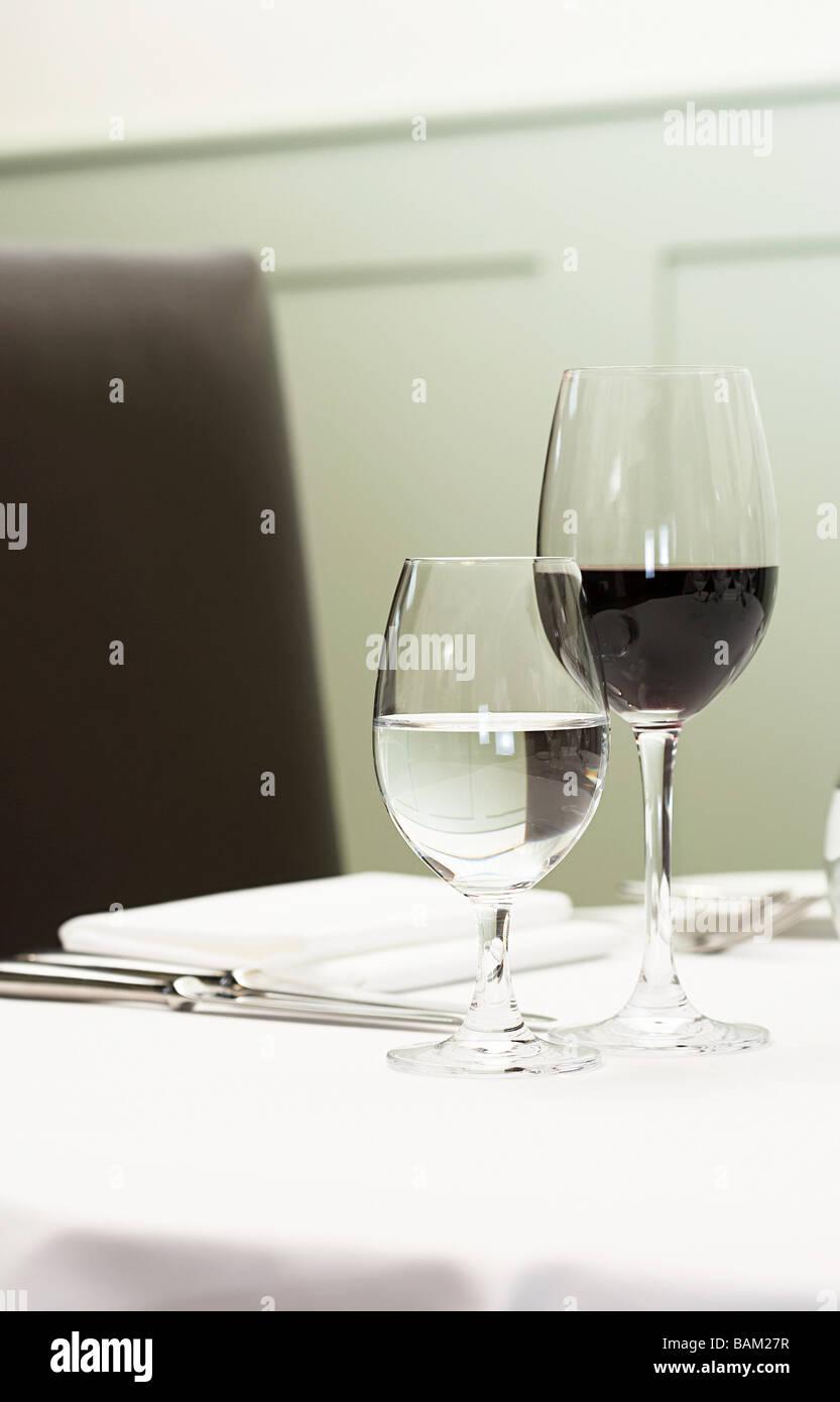 Calici Vino E Acqua un bicchiere di acqua e vino rosso su un tavolo foto