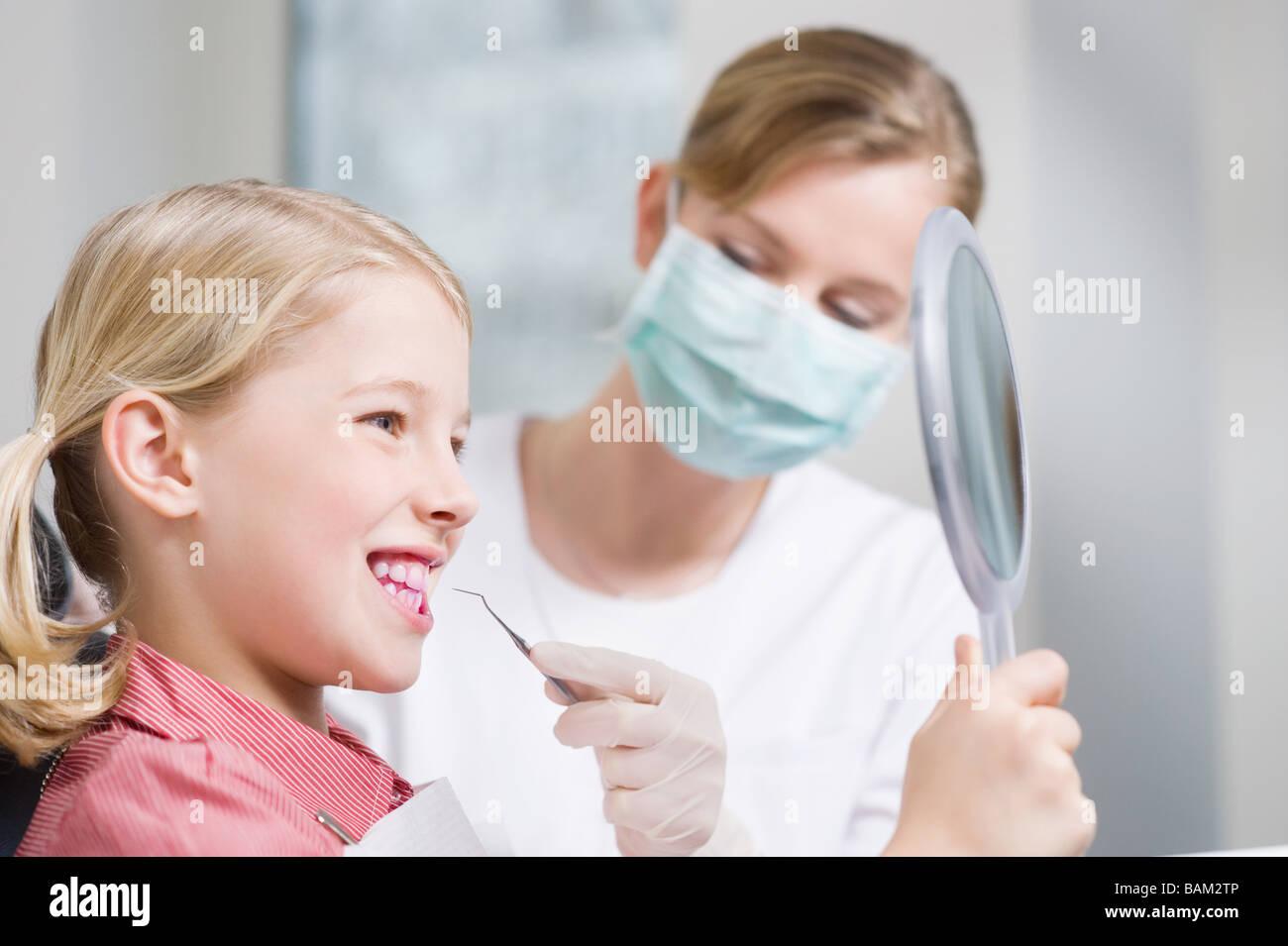 Ragazza e igienista dentale Immagini Stock