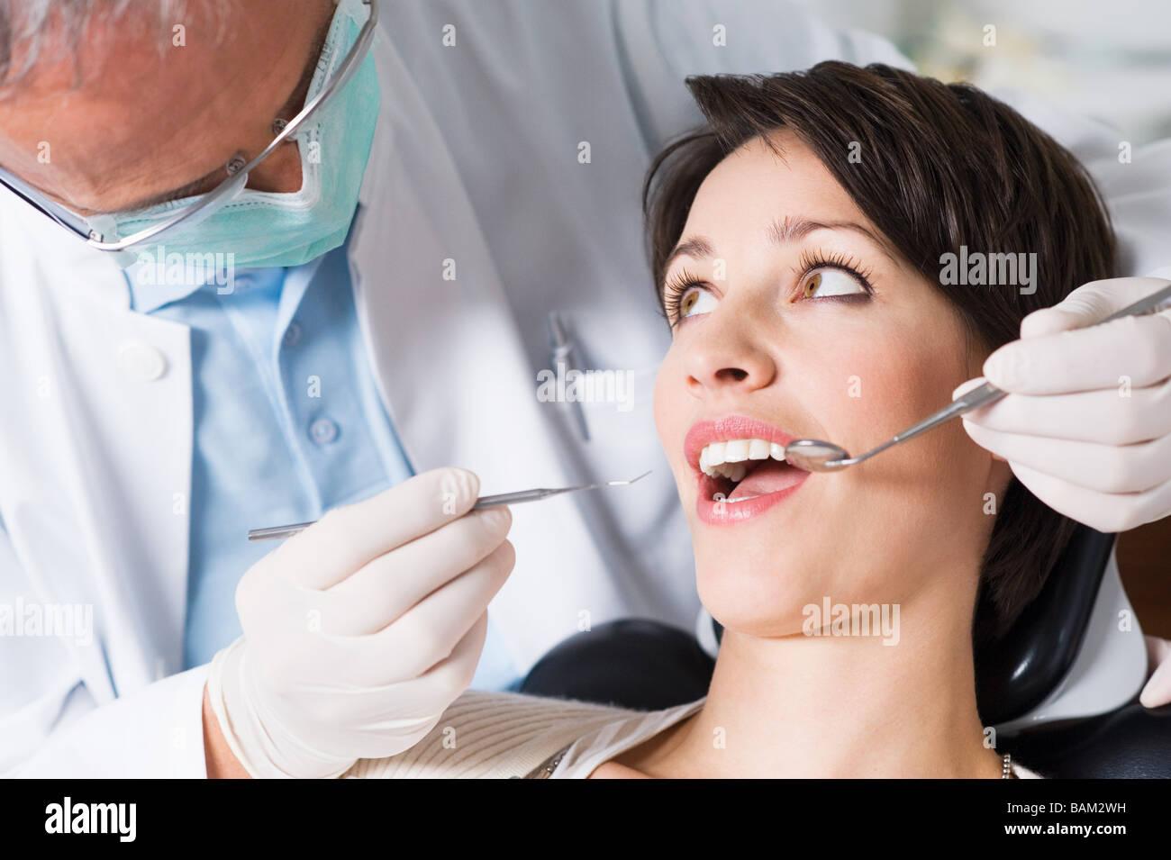 Donna con dental check up Immagini Stock