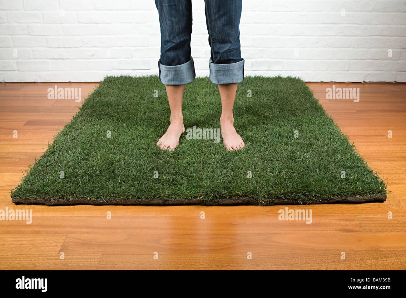Una donna in piedi sull'erba Immagini Stock