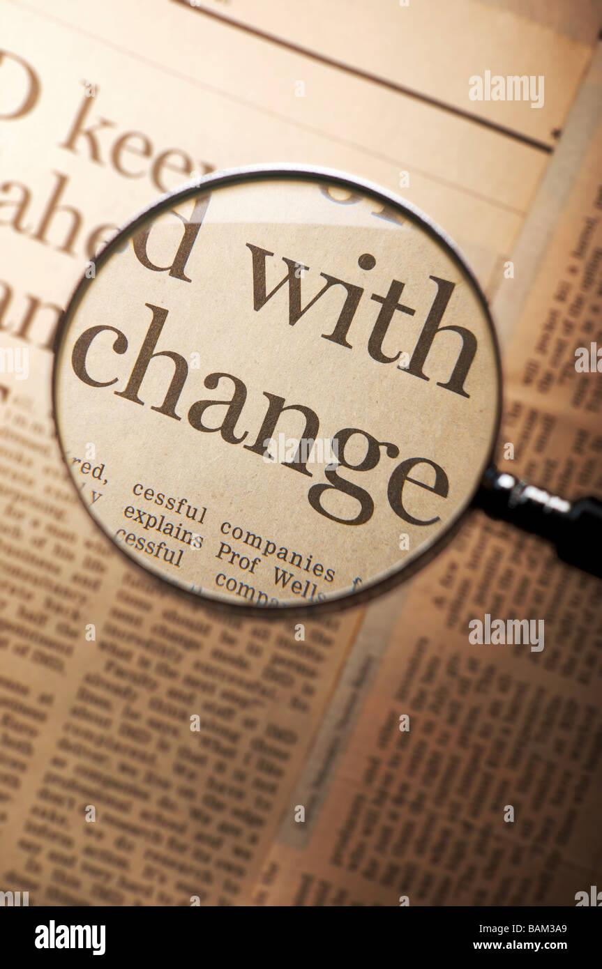 Parola di cambiare sotto la lente di ingrandimento Immagini Stock