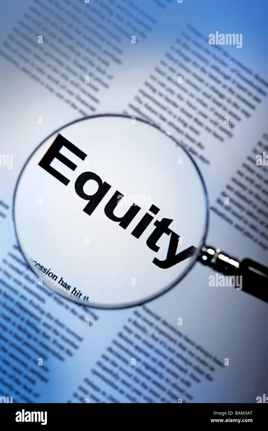 Parola equity sotto la lente di ingrandimento Immagini Stock