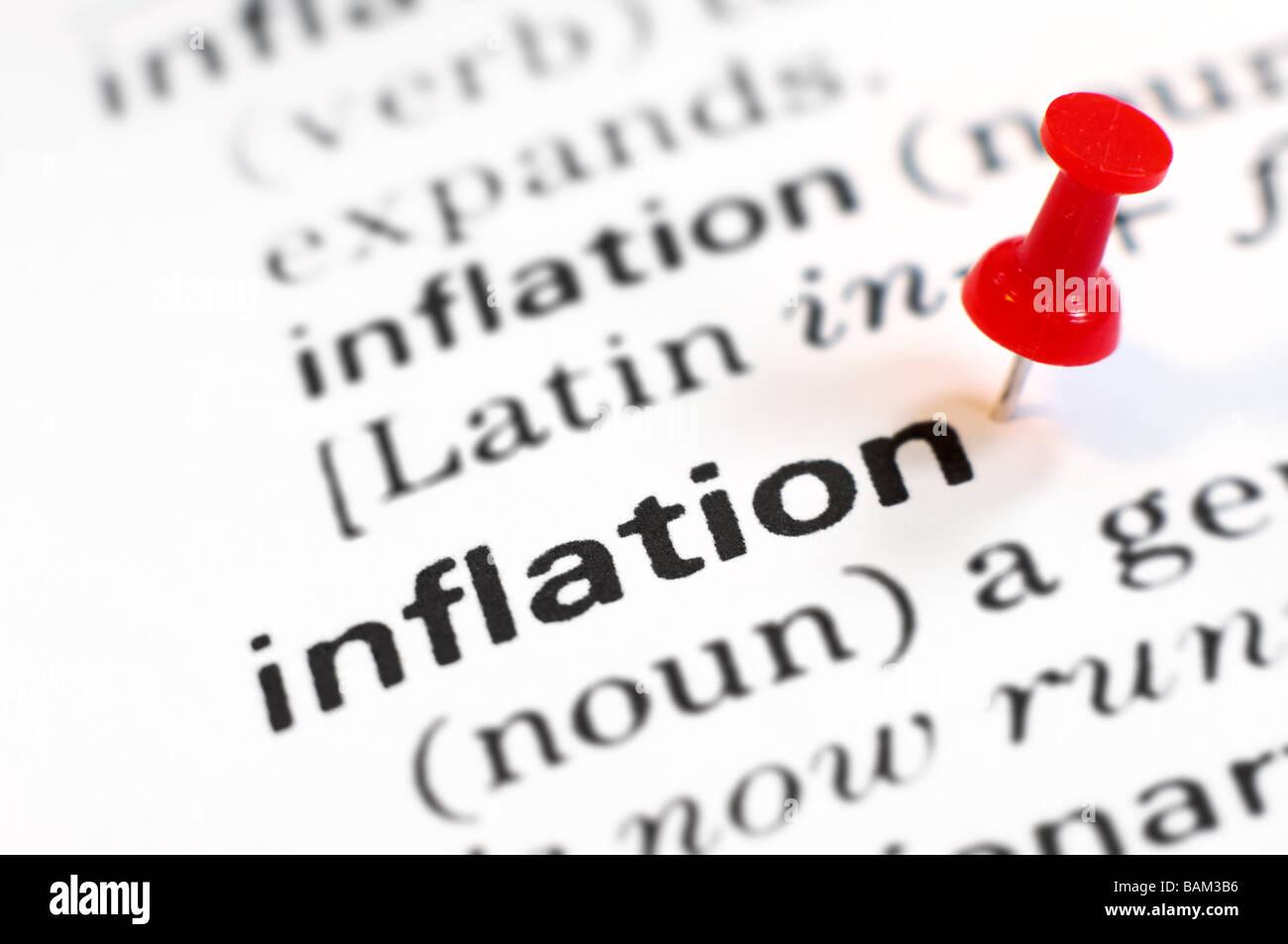 Una puntina da disegno sulla parola inflazione Immagini Stock