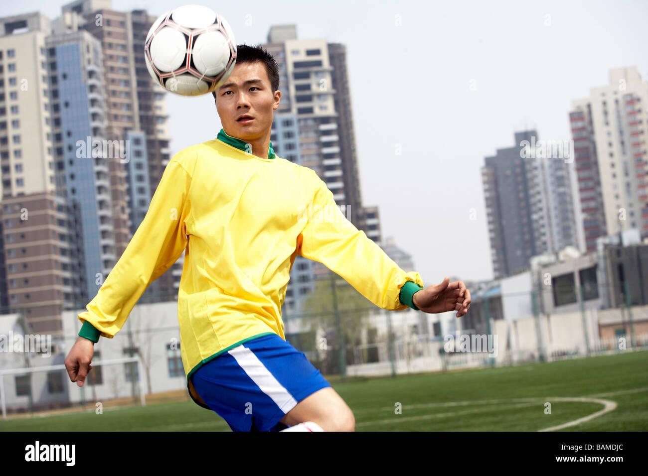 Uomo che giocano a calcio Immagini Stock