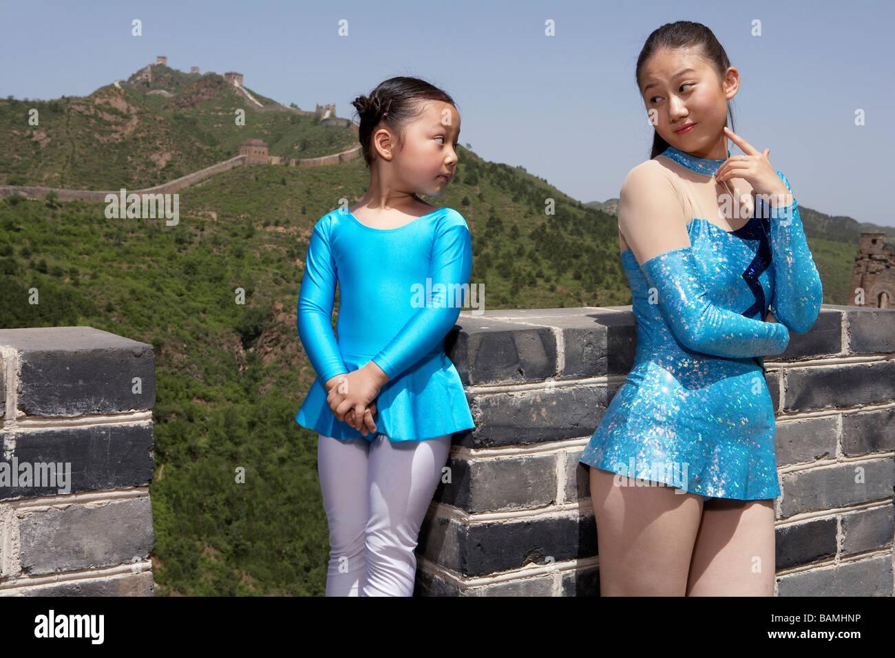 I ginnasti in piedi sulla Grande Muraglia Cinese guardando ogni altro Immagini Stock