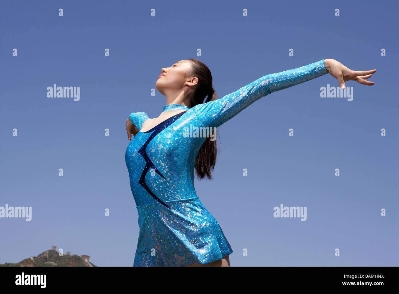 Donna praticare ginnastica sulla Grande Muraglia Della Cina Immagini Stock