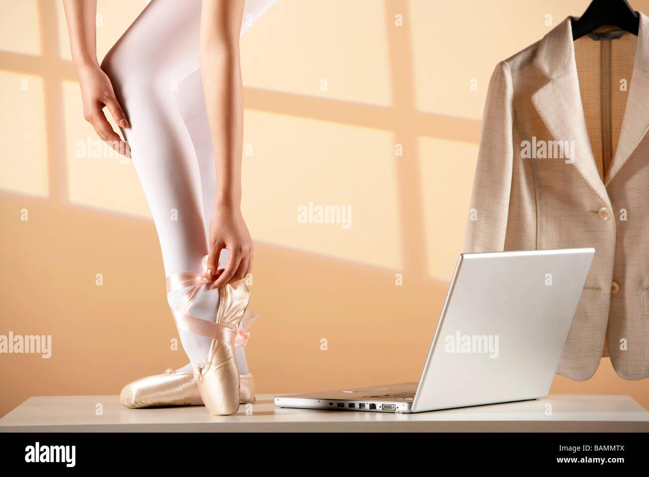 Ballerina di vincolare il Pointe Shoes Immagini Stock