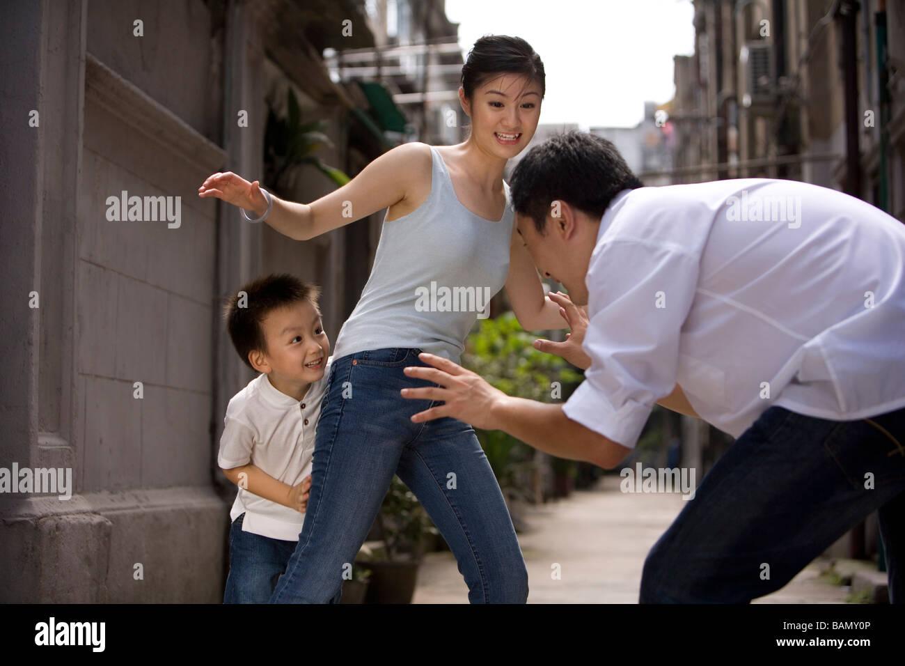 Un bambino di una famiglia gioca insieme Immagini Stock