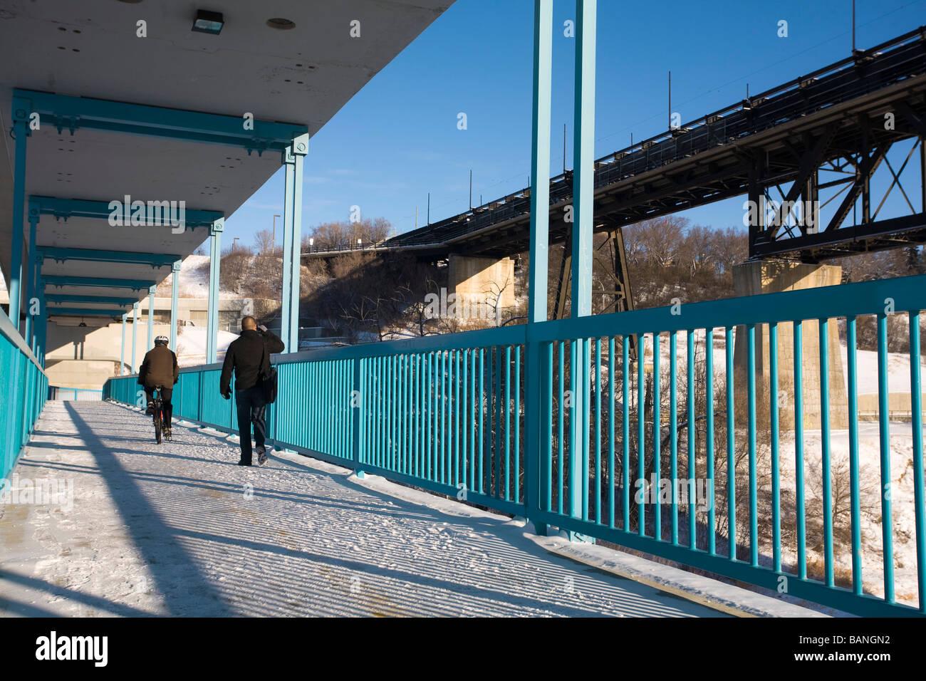 Edmonton, Alberta, Canada; gente che cammina su un ponte pedonale Immagini Stock