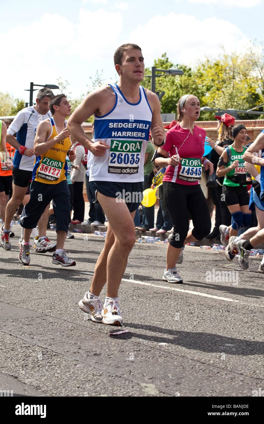 Gli atleti in esecuzione la Flora London Marathon 2009 Immagini Stock