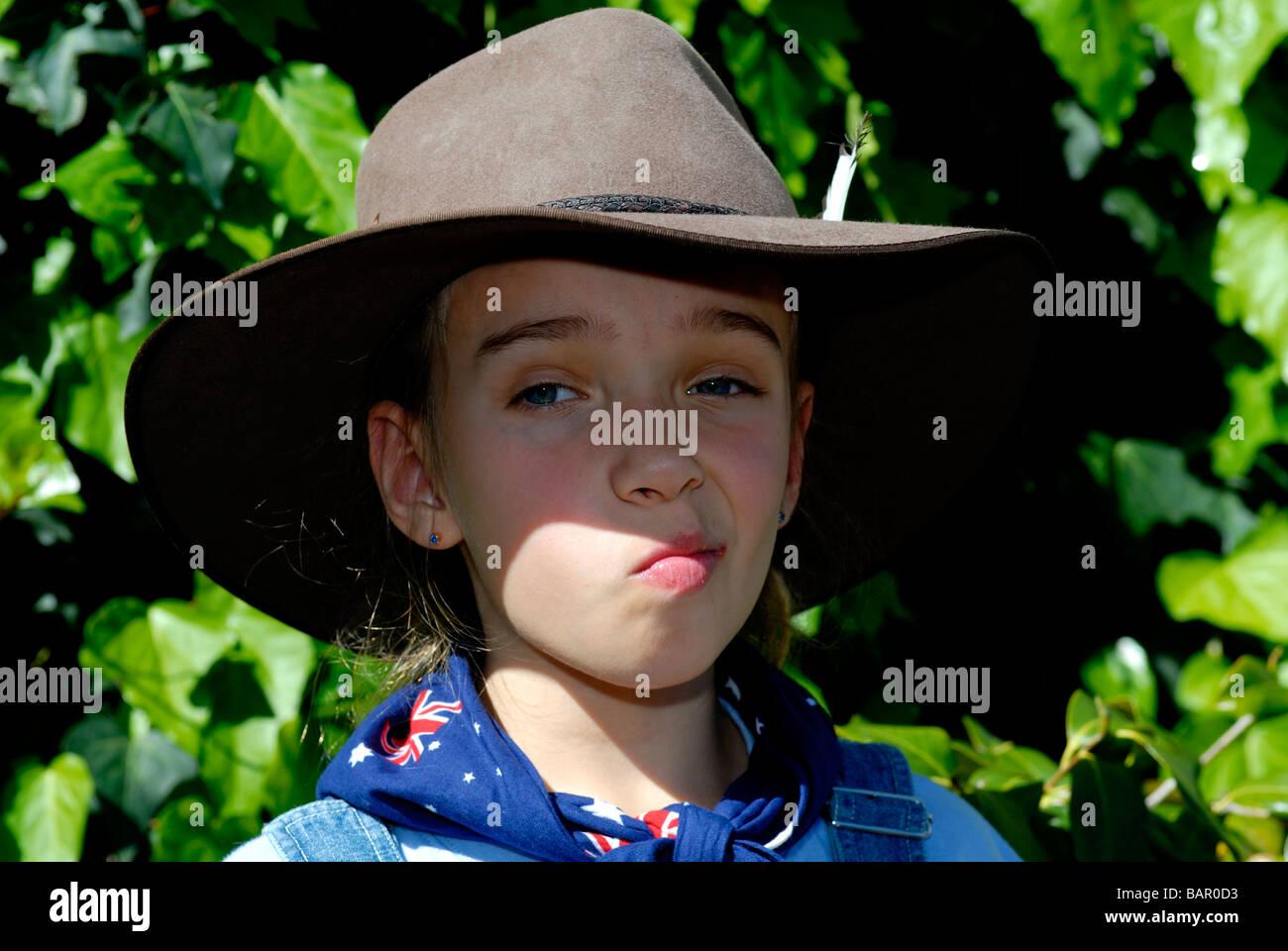 Bambino anni 10, indossando Episteme hat e indossando bandiera australiana bandana Immagini Stock