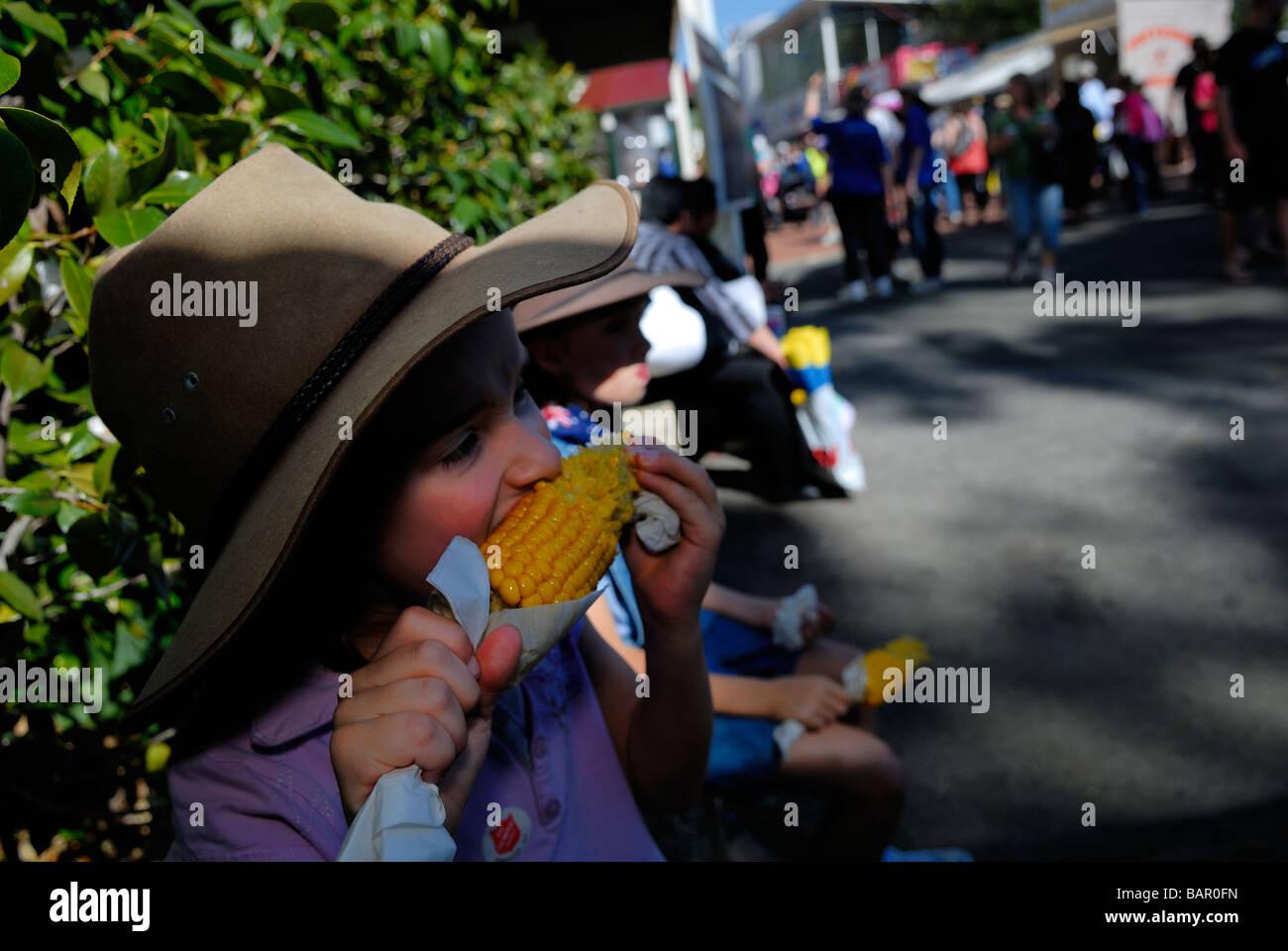 Bambino di 6 anni, indossando il vecchio Episteme hat e mangiare sulla pannocchia di mais. Perth Royal Show, Perth, Immagini Stock