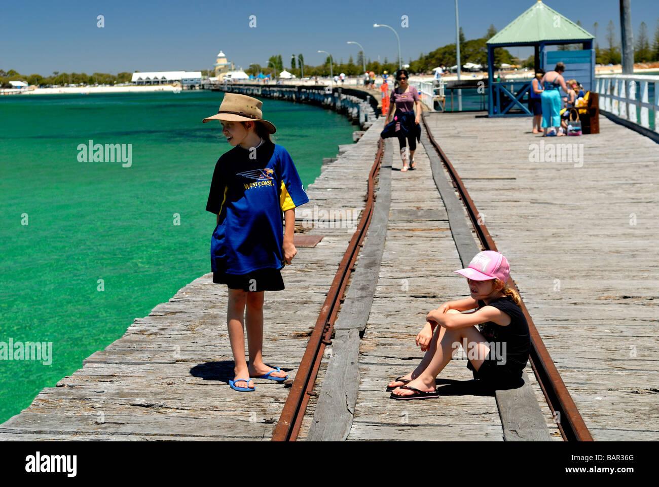 Due bambini in appoggio sul Busselton Jetty, Busselton, Australia occidentale Immagini Stock