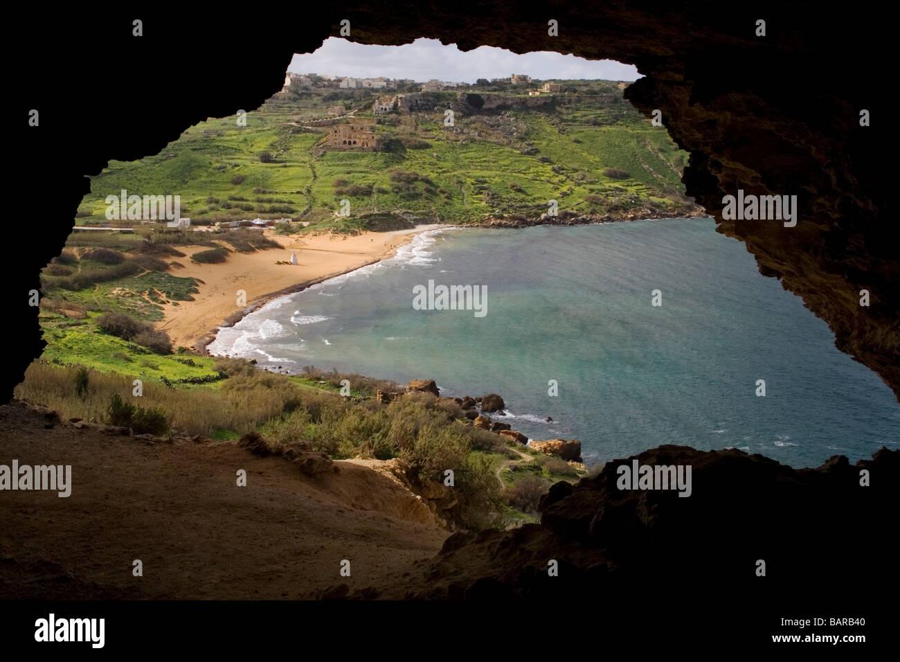 Ramla Bay, Gozo, come si vede da una grotta che si affaccia sulla spiaggia Immagini Stock