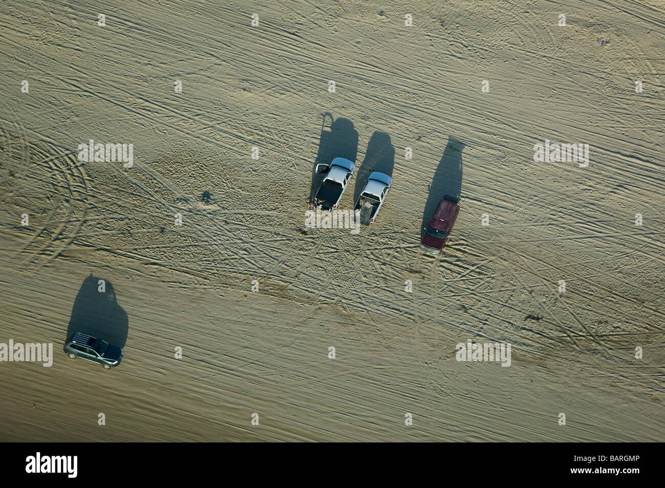 Vista aerea sopra le auto parcheggiate la guida Pismo Beach vicino Oceano Santa Maria County California centrale Foto Stock