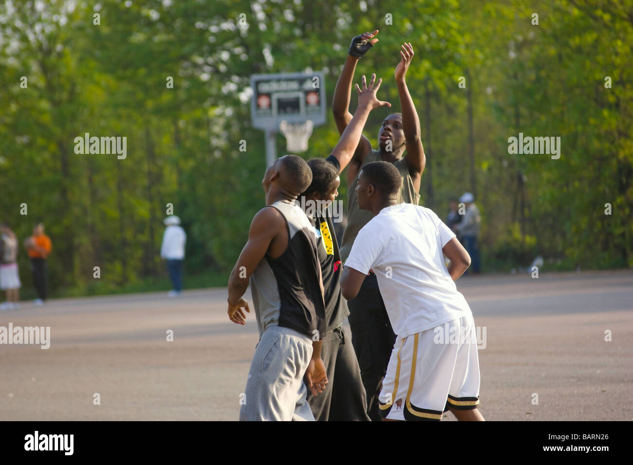 Casual gioco di basket in una domenica pomeriggio a Finsbury Park Londra Inghilterra REGNO UNITO Immagini Stock