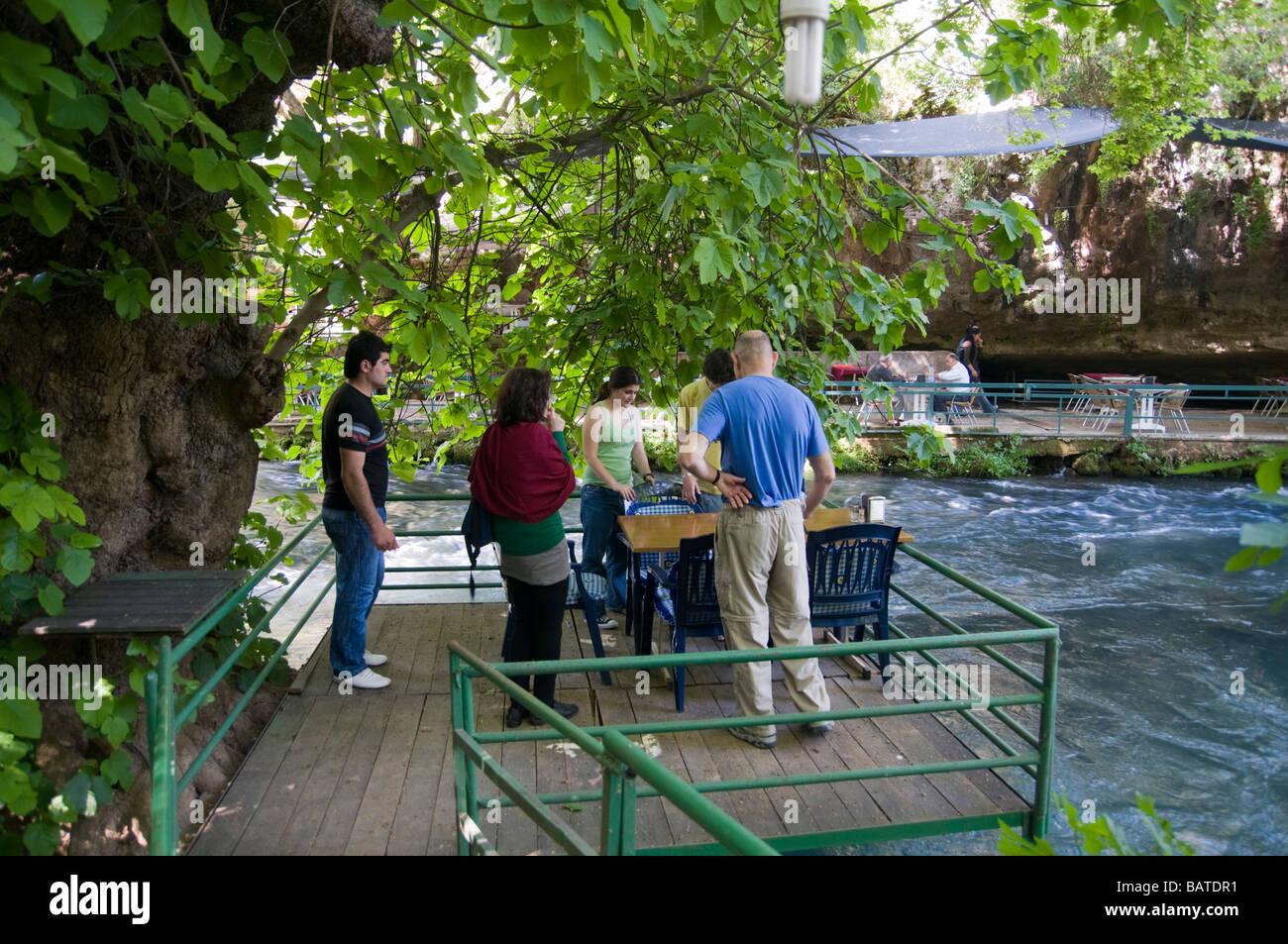 La Turchia Antalya superiore fiume Duden una famiglia in un ristorante di pesce sul fronte fiume modello di rilascio Immagini Stock