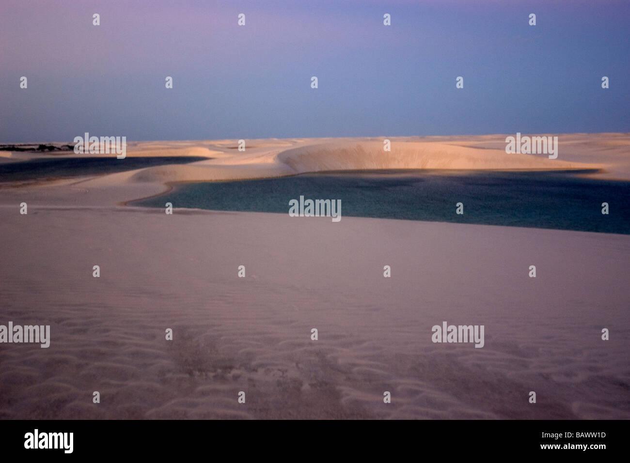 Dune di sabbia intorno al lago Gaivota a Lencois Maranhenses Parco Nazionale di Santo Amaro Maranhão Brasile Foto Stock