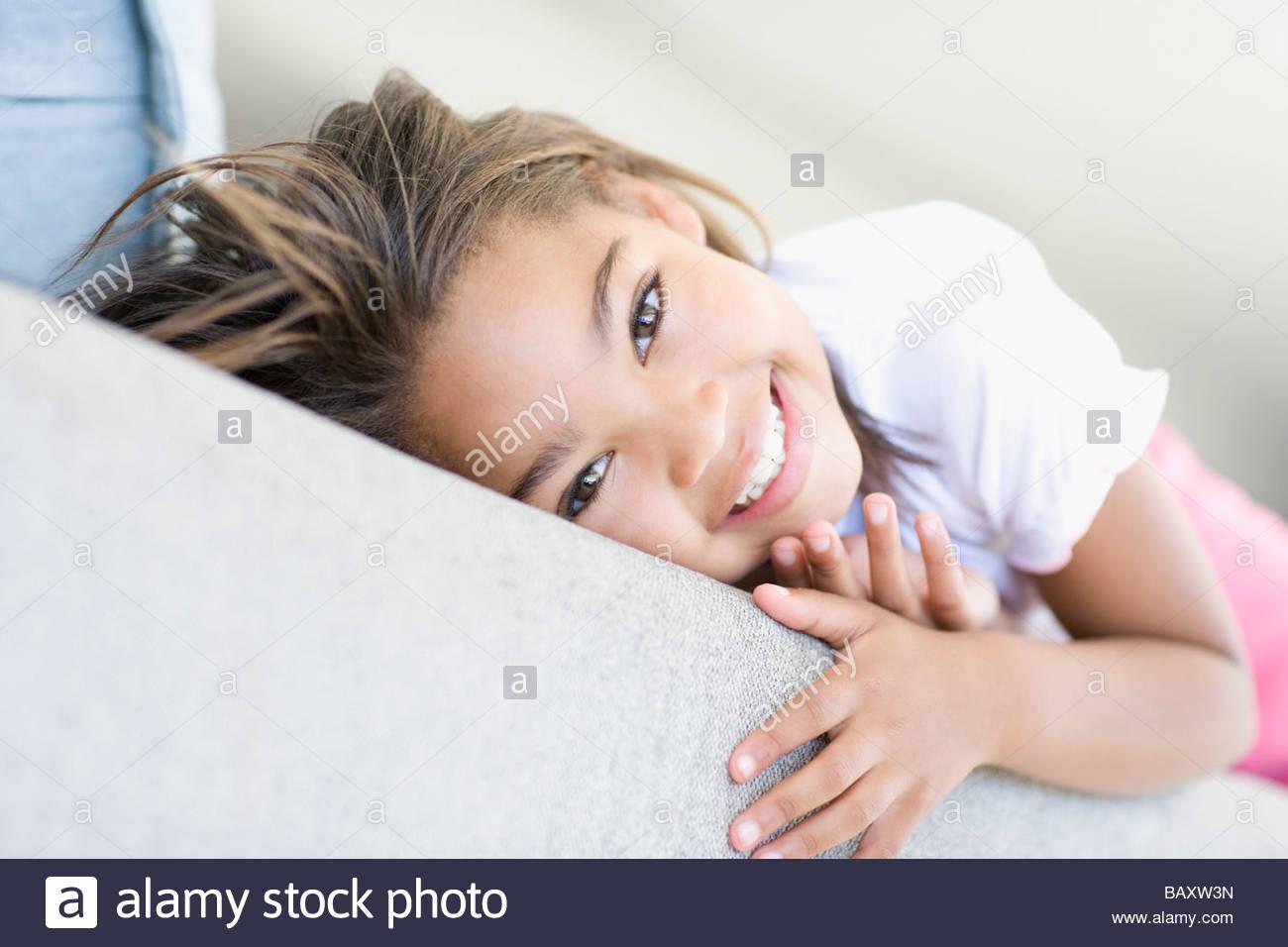 Ragazza africana posa sul divano Immagini Stock