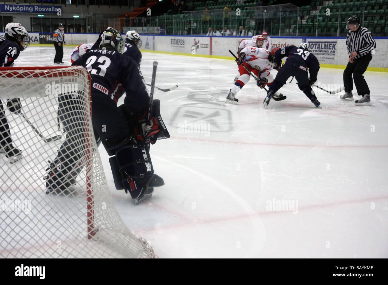 U18 partita di hockey su ghiaccio tra Stati Uniti e Russia. Immagini Stock