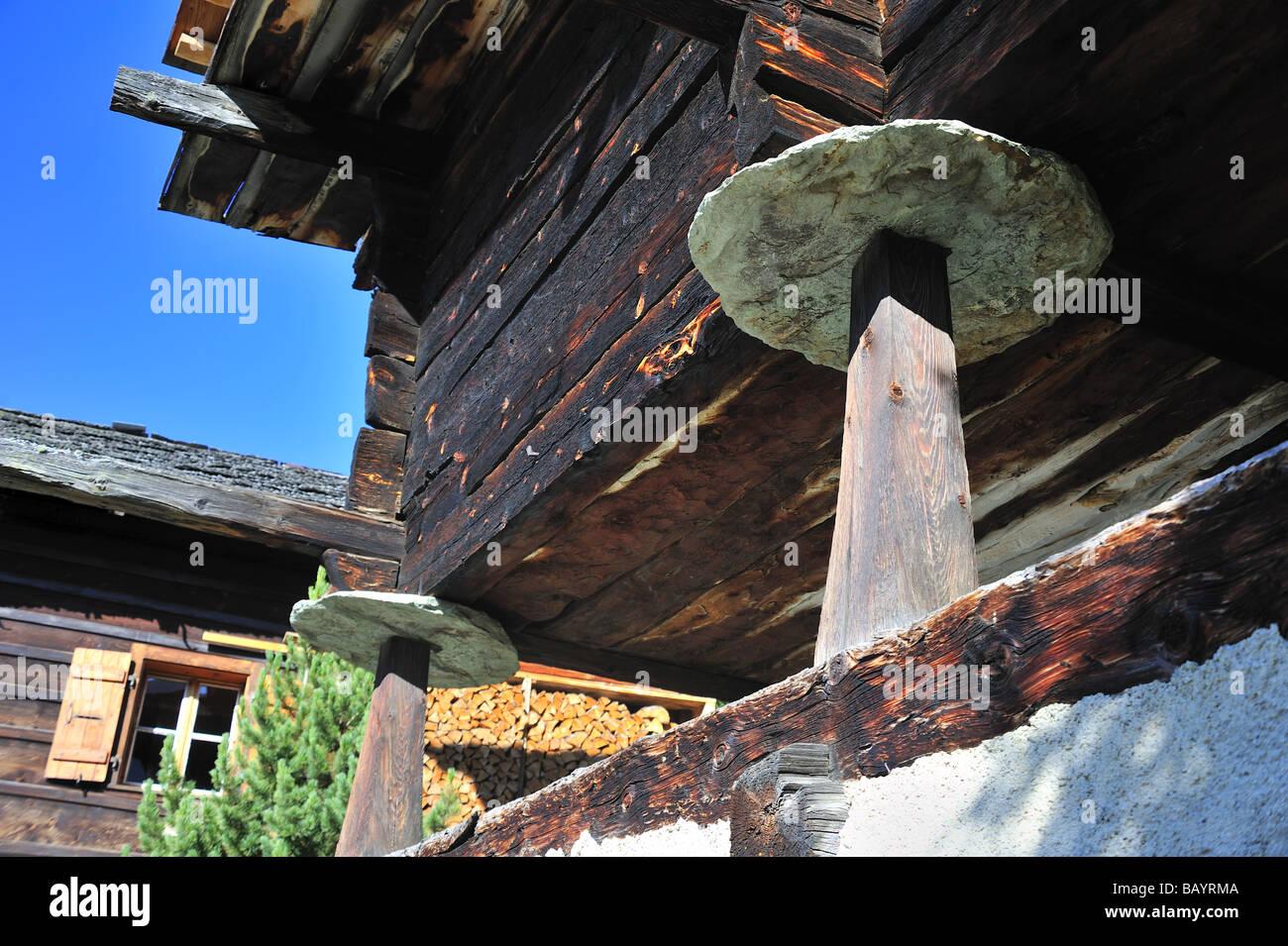 Dettaglio delle pietre staddle sotto un chalet in Chandolin, Svizzera Immagini Stock