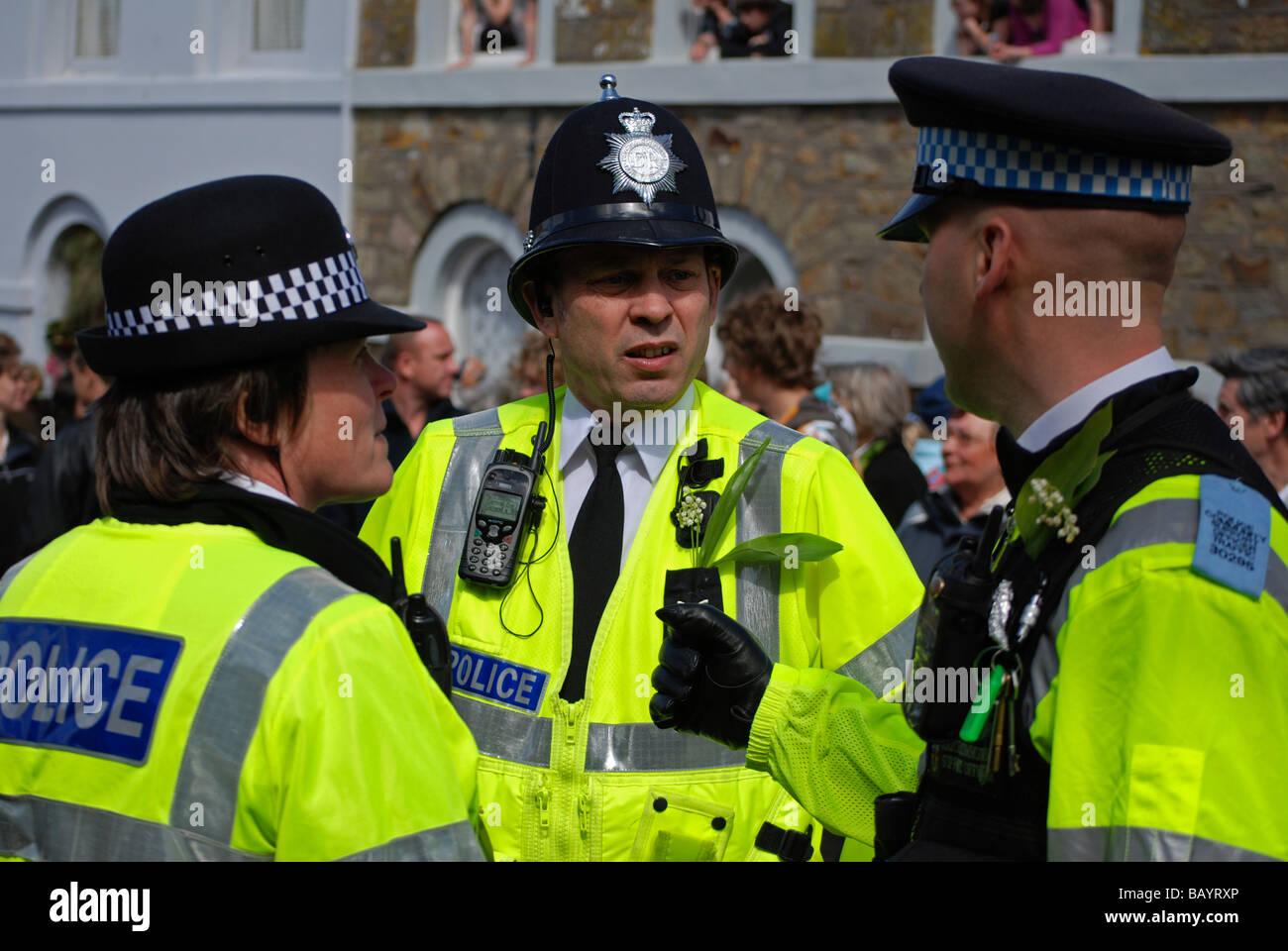 Polizia britannica sulla folla dovere di controllo a helston flora giorno,helston,cornwall, Regno Unito Immagini Stock