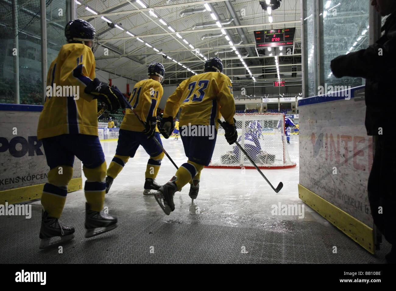 Il team svedese di entrare nel ghiaccio in un U18 ice-hockey tournament. Immagini Stock