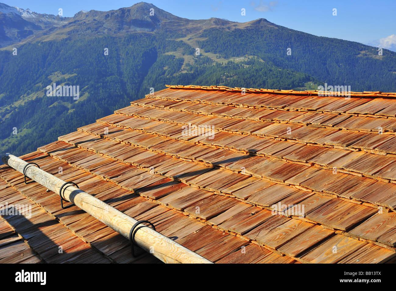 Tradizionalmente-tetto di tegole in Svizzera mediante scuote in legno come tegole del tetto. Il legno è uno Immagini Stock