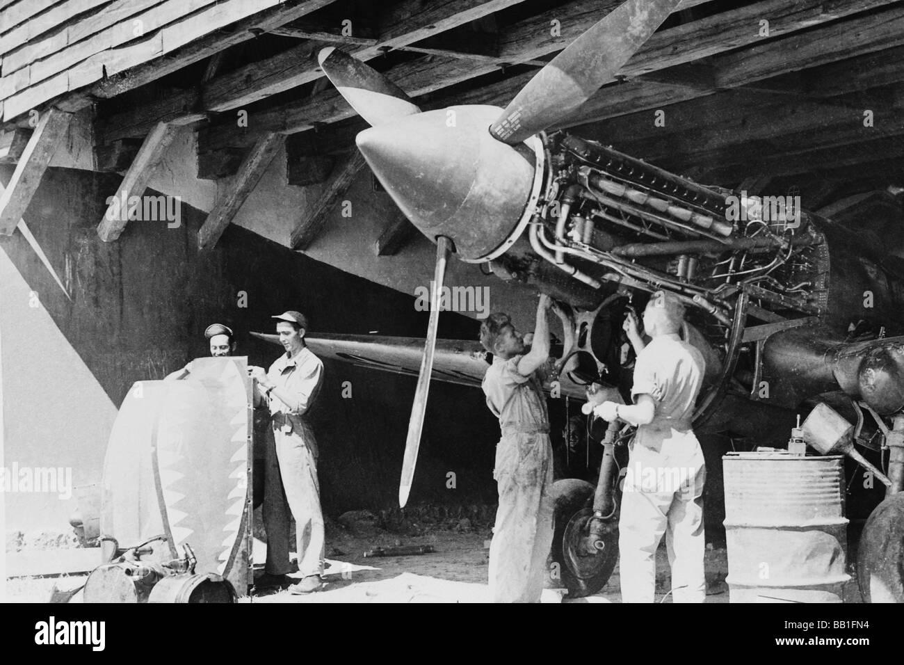 Gli equipaggi di terra di American Air Forces mantenere i motori sintonizzato per il Flying Tigers. Immagini Stock