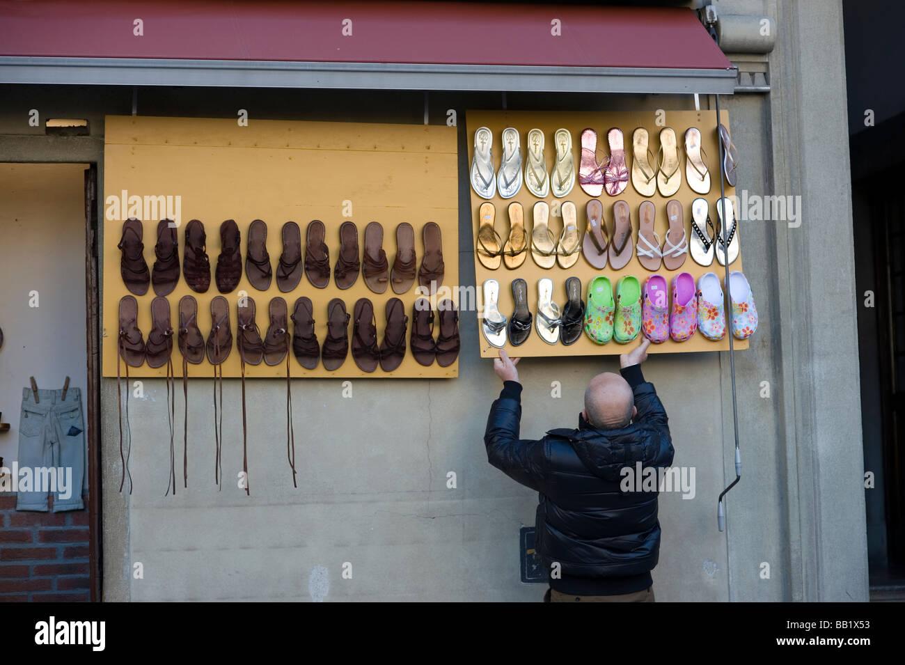 Stallo del mercato preparare calzature infradito Firenze Firenze Italia  Toscana Toscana arte rinascimentale della Immagini Stock 3897e797139