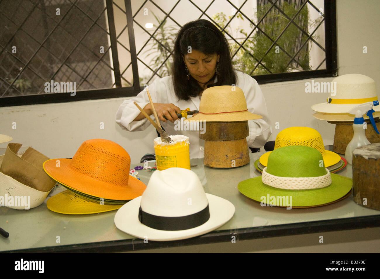 Donna bande di cucitura tradizionali sul cappello di Panama di paglia da  impianto toquilla ece8387bdc71