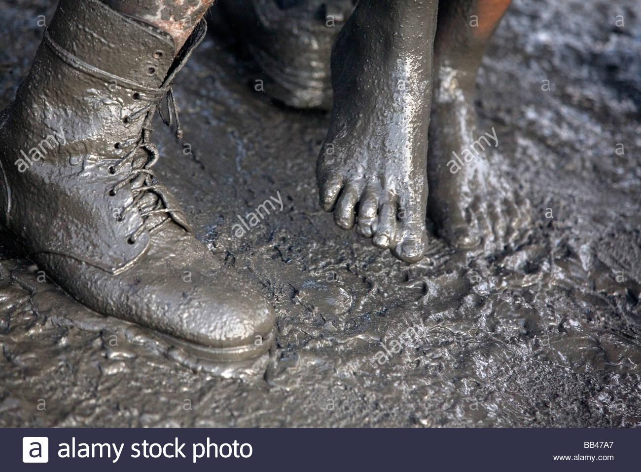 I piedi di un uomo e di una donna sono ricoperte di fango mentre balli 7c40cae4d16