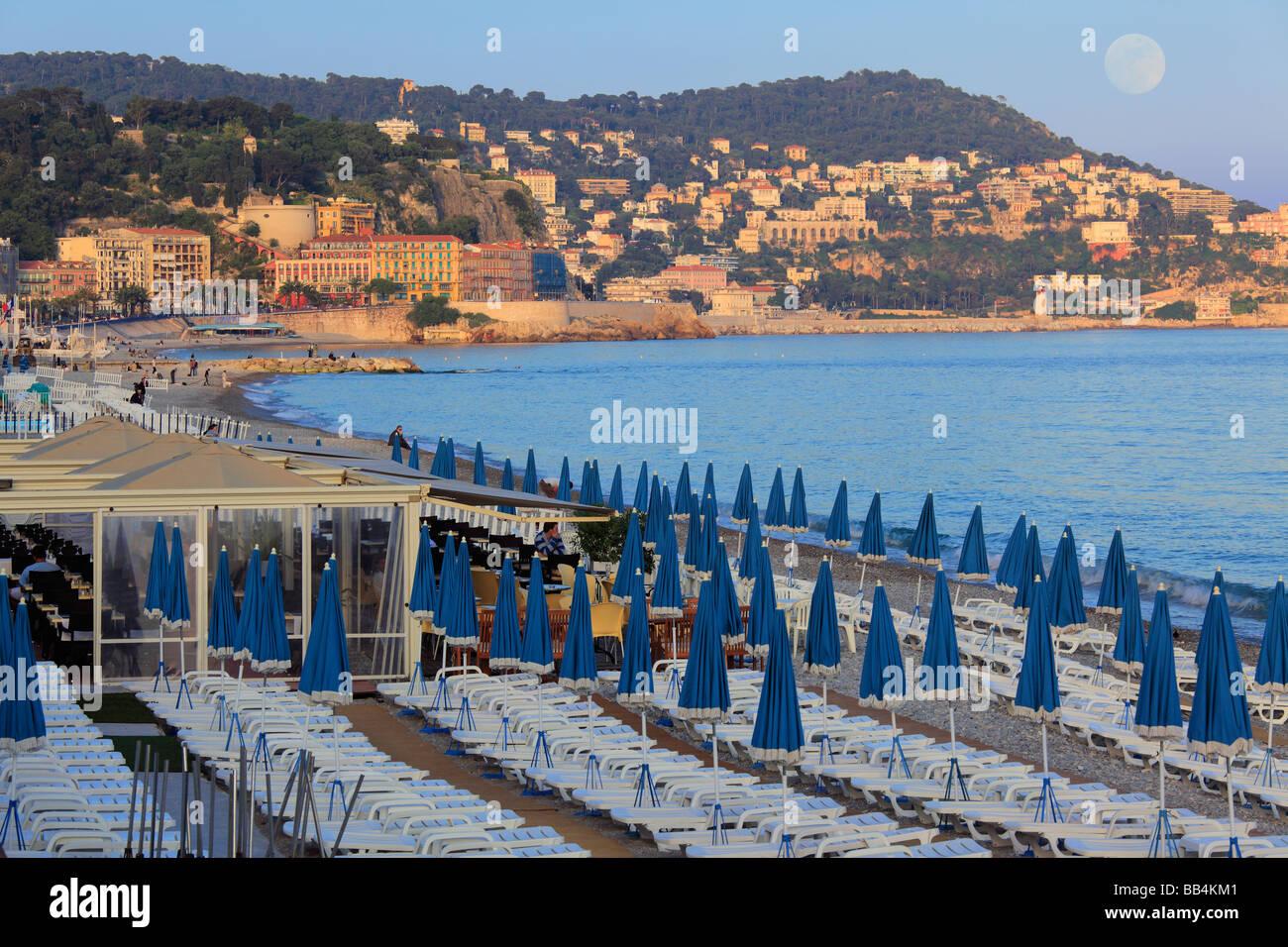 Spiaggia lungo la Promenade Des Anglais street a Nizza, in Francia sulla Riviera Francese, come la luna piena è Immagini Stock