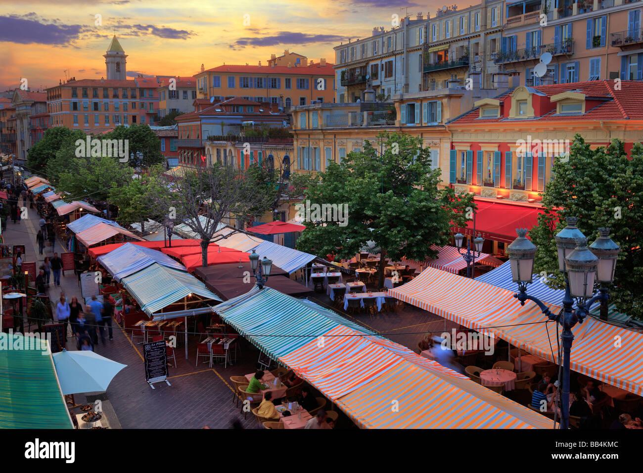 """Il mercato dei fiori in """"Vielle Ville' (centro storico) parte di Nizza, Francia sulla Costa Azzurra Immagini Stock"""