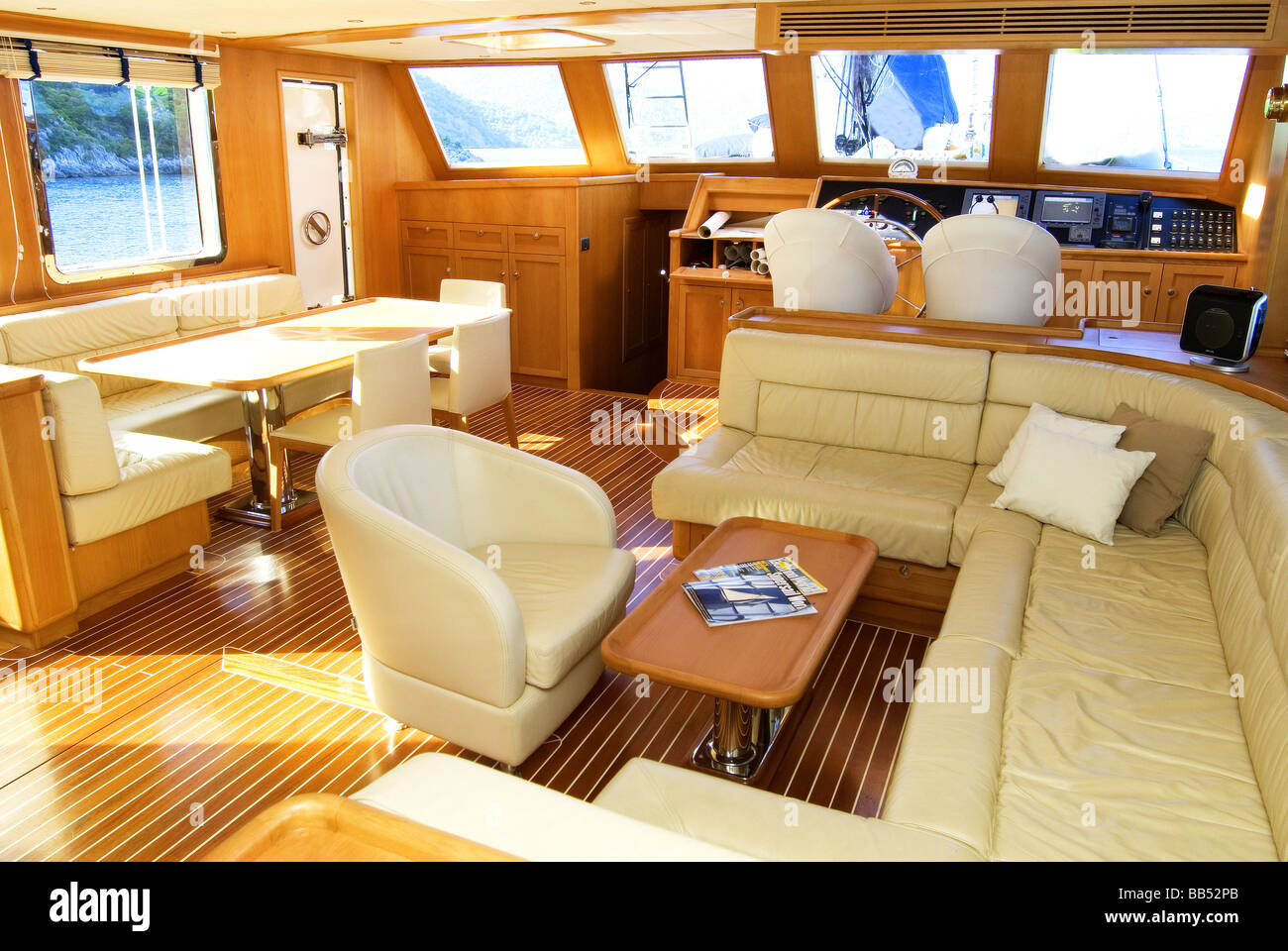 Il design degli interni di lusso yacht a motore foto for Immagini di interni