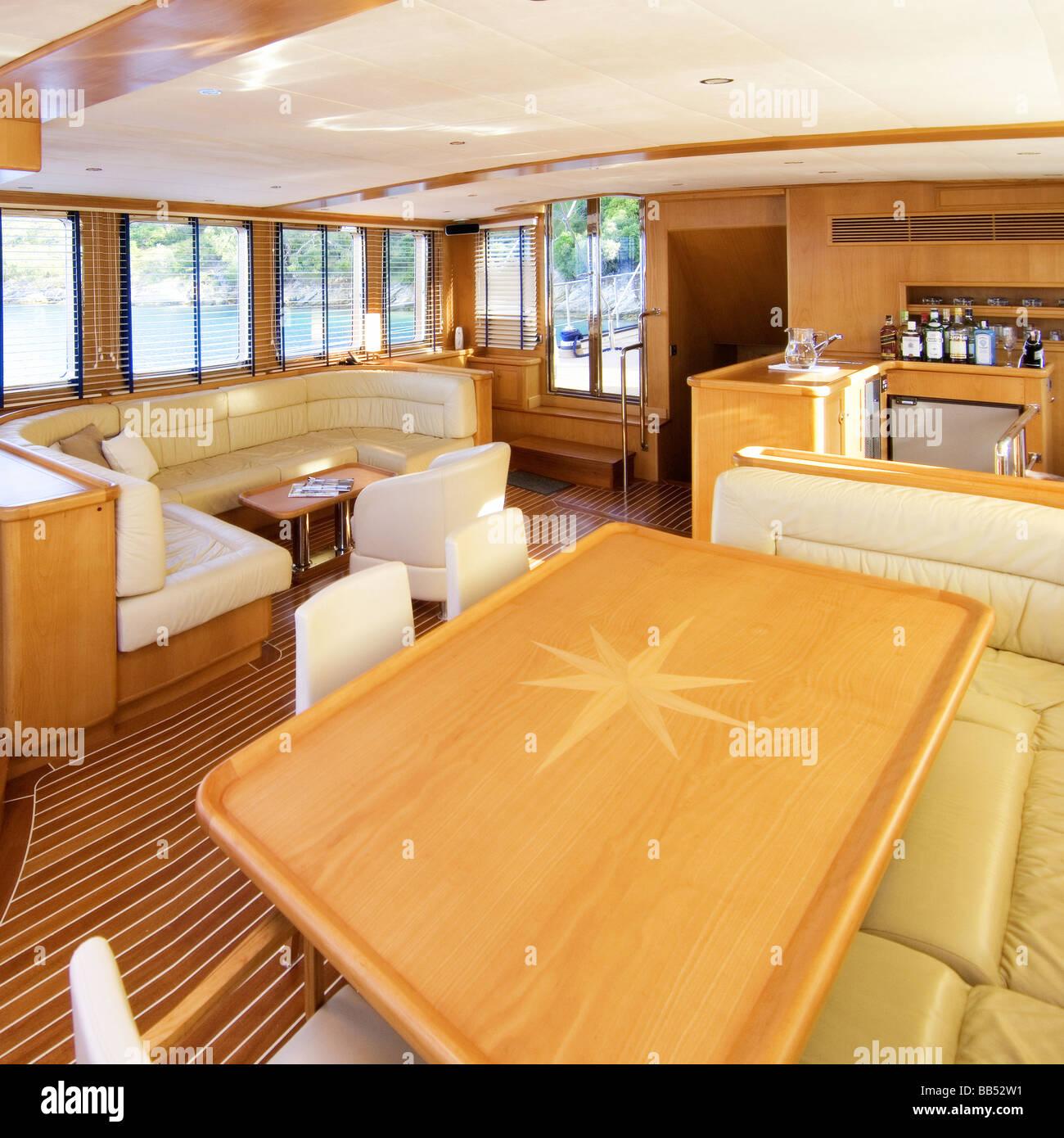 Il design degli interni di lusso yacht a motore foto for Interni lusso