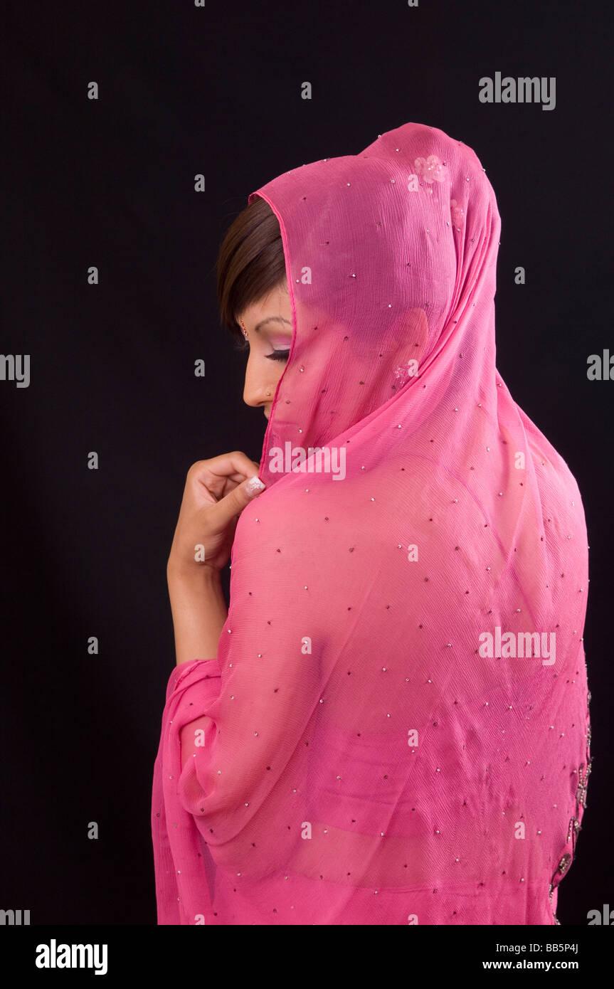 Giovane donna asiatica in rosa Immagini Stock