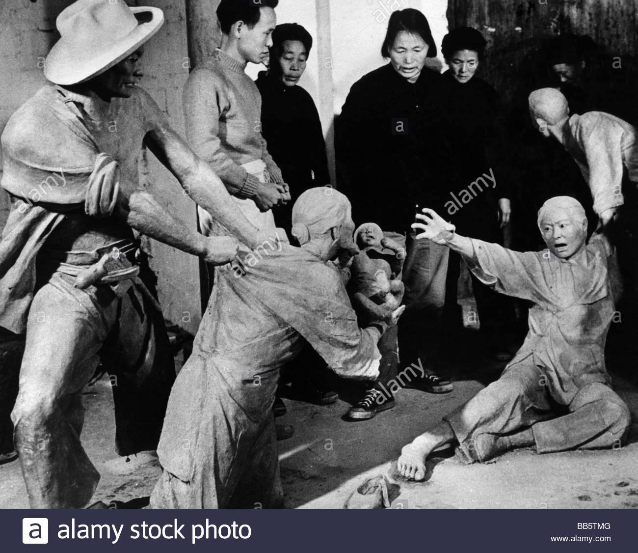 Geografia / viaggi, Cina, persone e un gruppo di Cinesi guardando un'argilla gruppo scultoreo che mostra una Immagini Stock