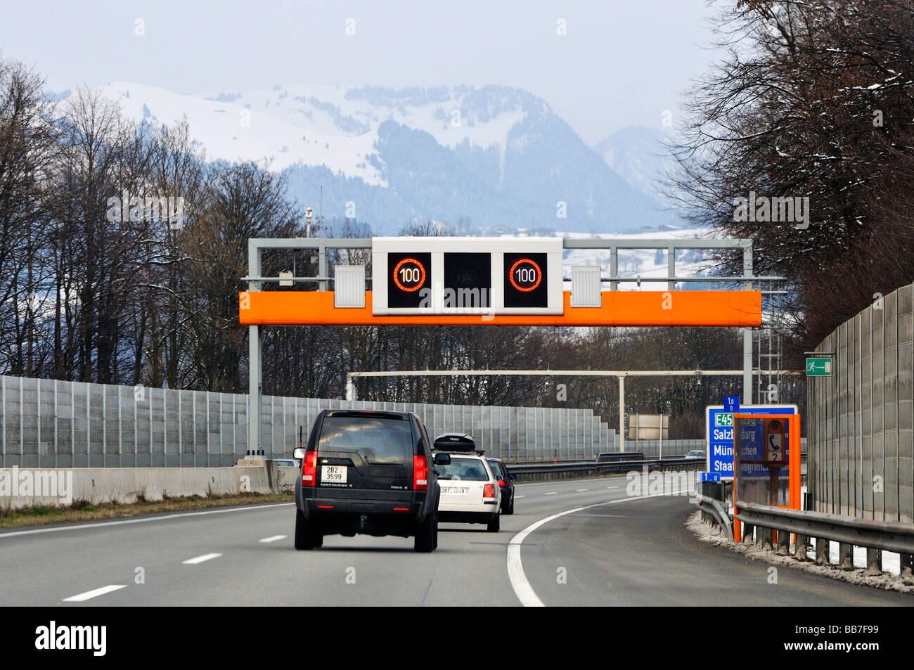 100 chilometro all'ora limite di velocità sulla superstrada, Tirolo, Austria, Europa Immagini Stock