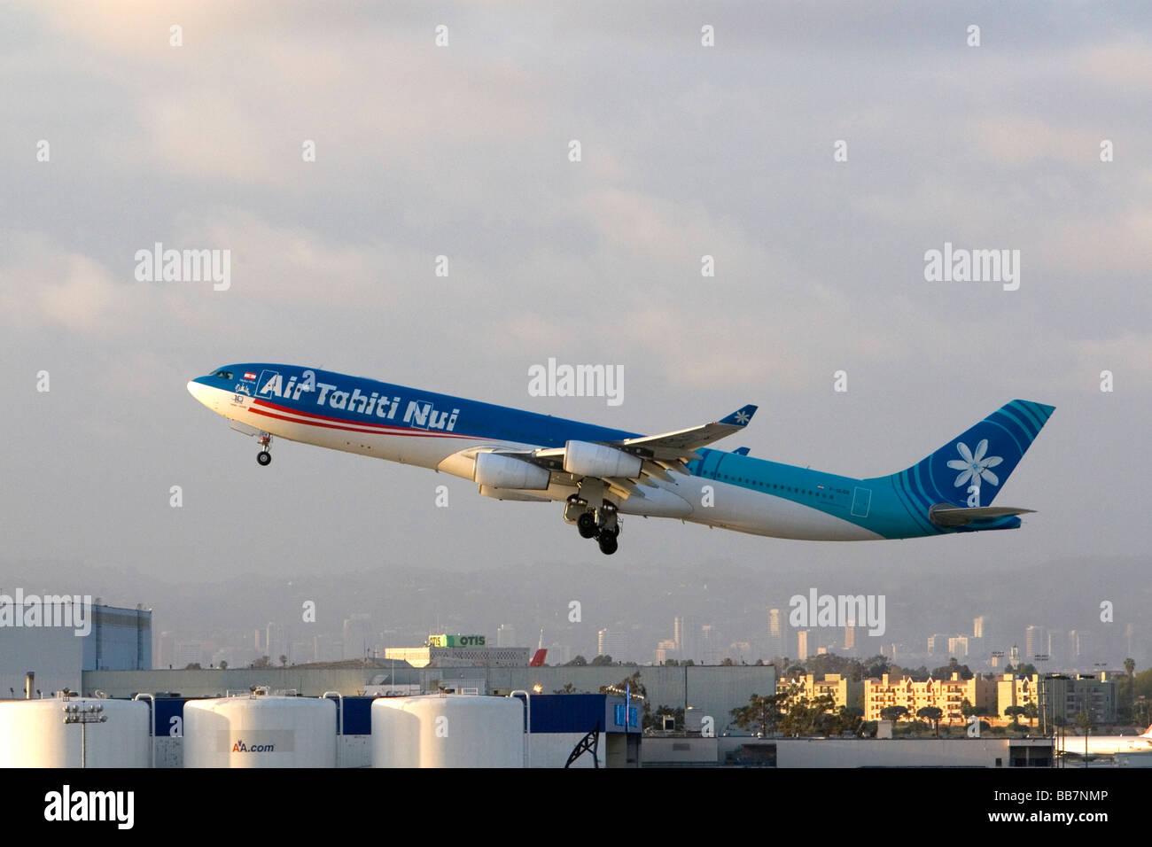Air Tahiti Nui Airbus 340 a decollare da LAX a Los Angeles California USA Immagini Stock
