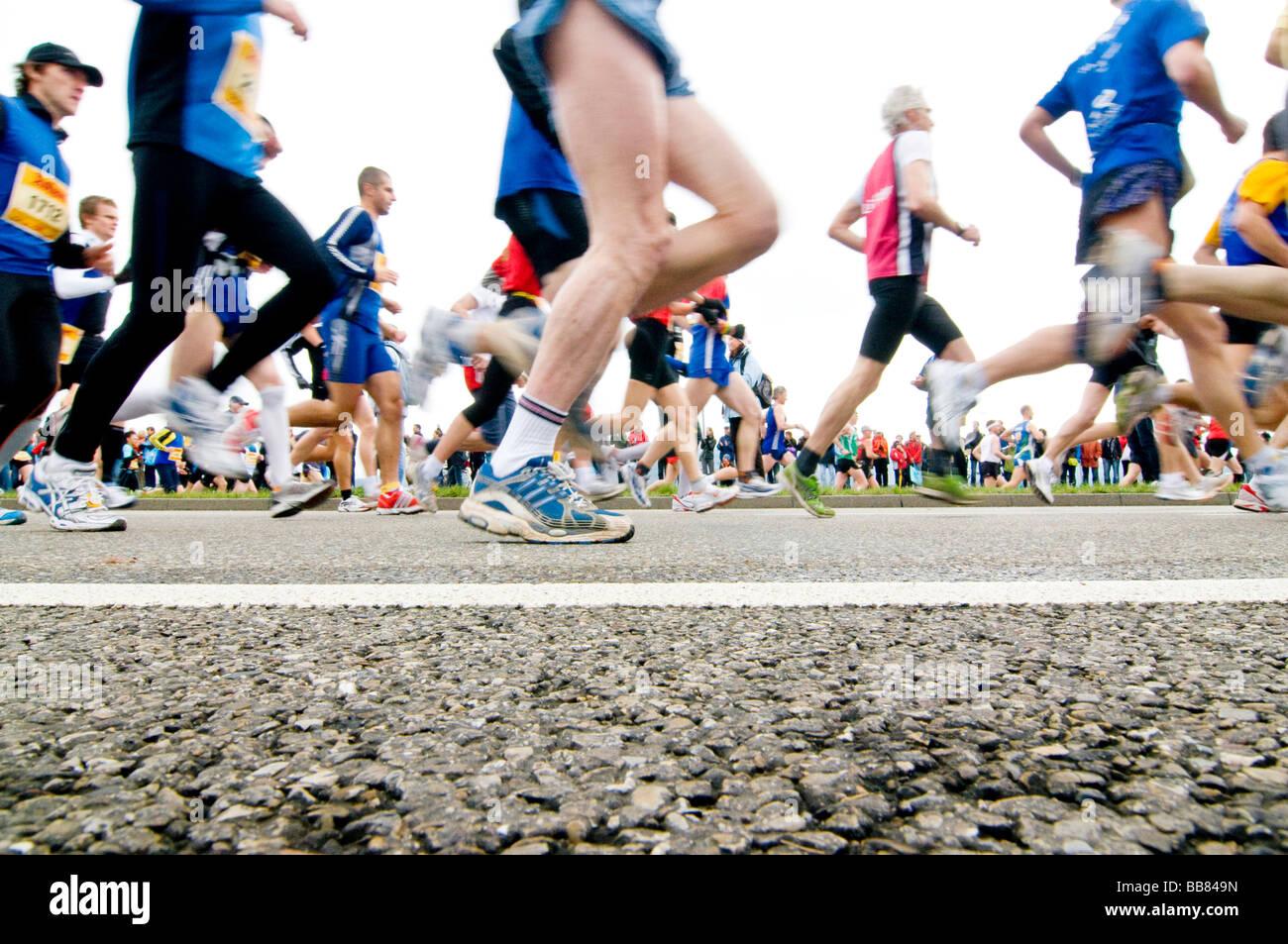 Corridori della maratona con street e movimento sfocato Foto Stock