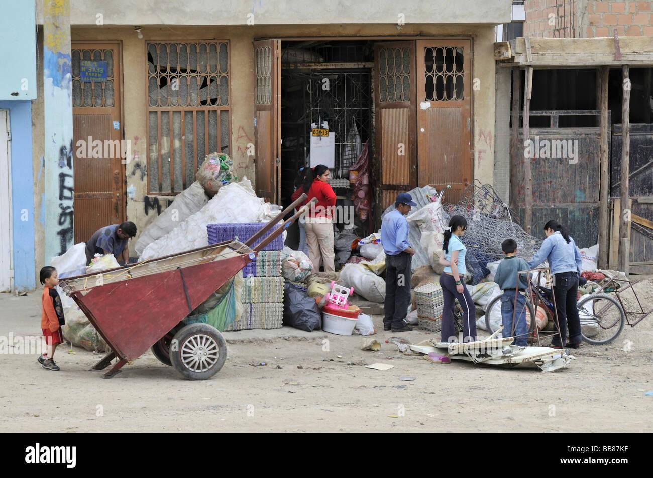 Le famiglie che si guadagnavano da vivere mediante la separazione di rifiuti e della vendita di materiali riciclabili, Immagini Stock
