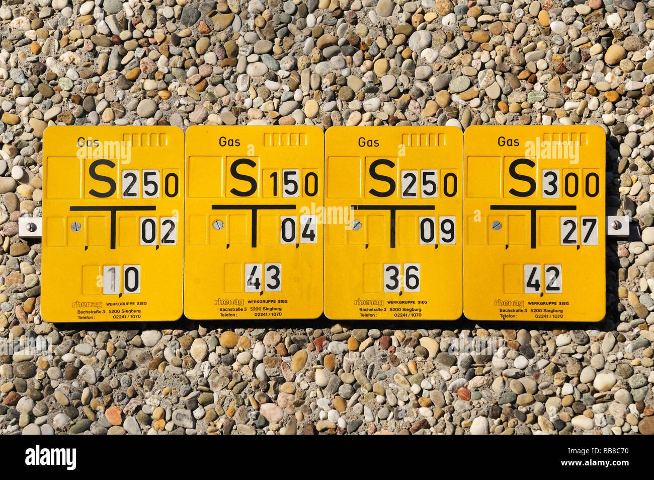 4 Indicare i pannelli per le linee di gas una accanto all'altra su una parete di ciottoli, Rhenag Immagini Stock