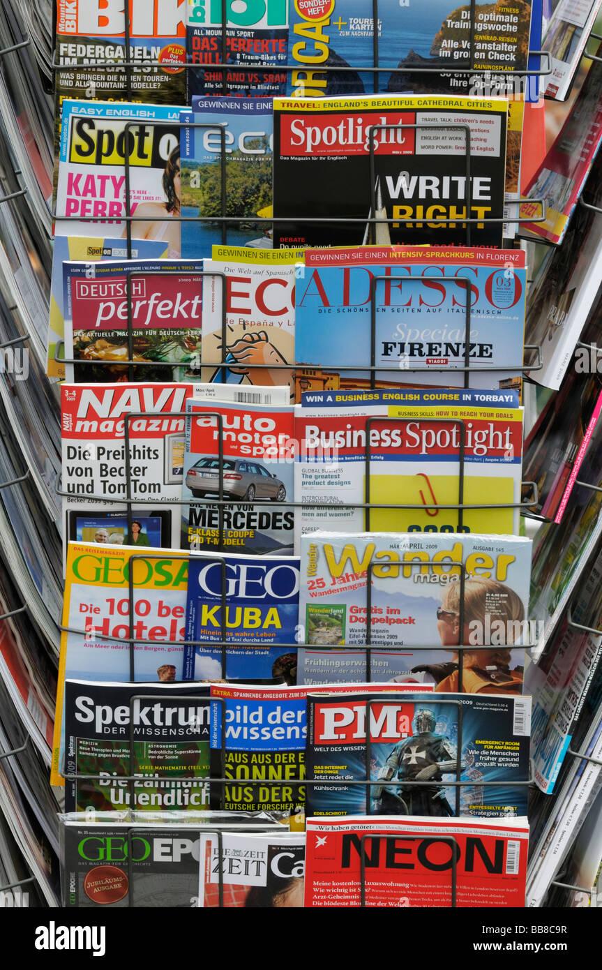 News rack con riviste internazionali, l'edicola Foto Stock