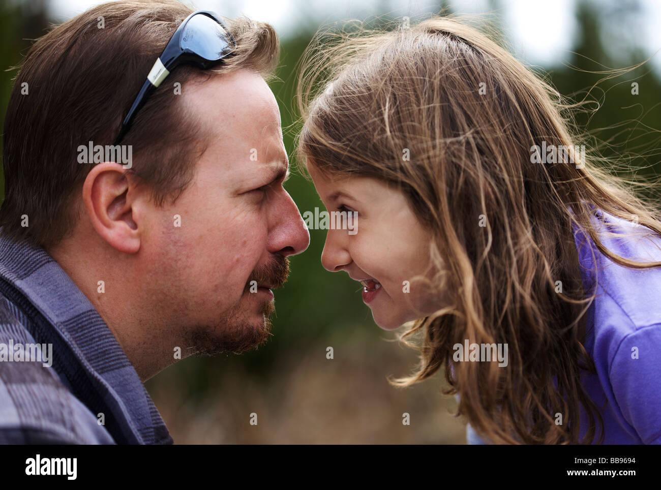 Felice giovane bambina protagonista di ogni altro scherzosamente con suo padre Immagini Stock